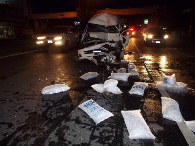 Collision entre un van et un camion