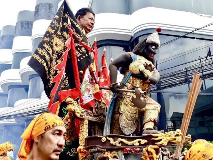 La police rappelle les embouteillages à Phuket Town pendant le Festival Végétarien
