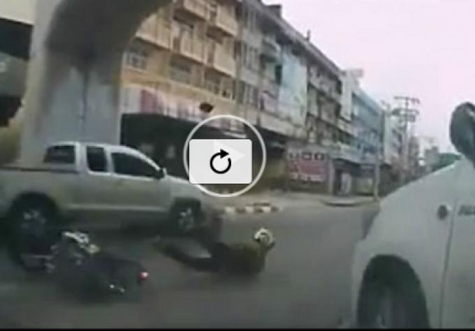 Vidéo de l'accident causé par l'Ex-Sergeant, suspension de son permis et une amende de 500 Bahts