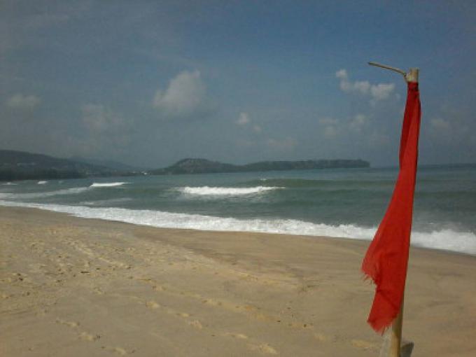 Un touriste coréen de 20 ans se noie hors de Bangtao Beach après avoir ignoré le drapeau rouge