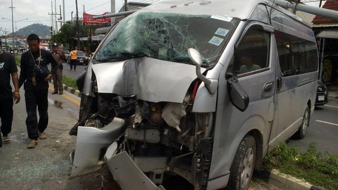 Le conducteur s'endort au volant et démonte un lampadaire