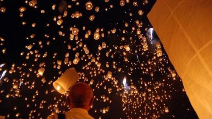 Les lanternes interdites près de l'aéroport pendant Loy Kratong