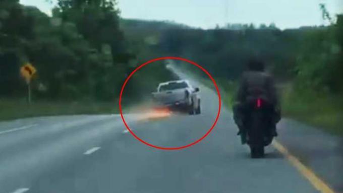 Un policier grimpe à l'arrière d'une moto pour une course poursuite hollywoodienne - Vidéo