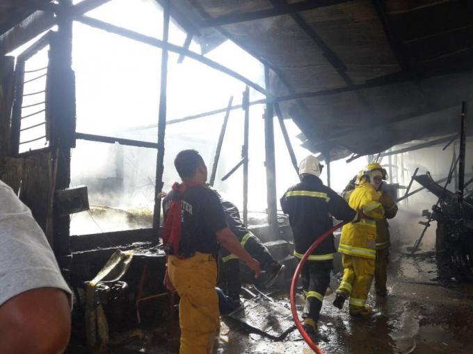 Une maison de bois part en fumée à Wichit