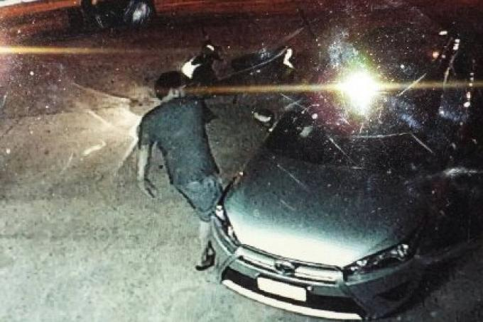 La jalousie est peut ëtre un motif possible pour briser un pare-brise d'une voiture