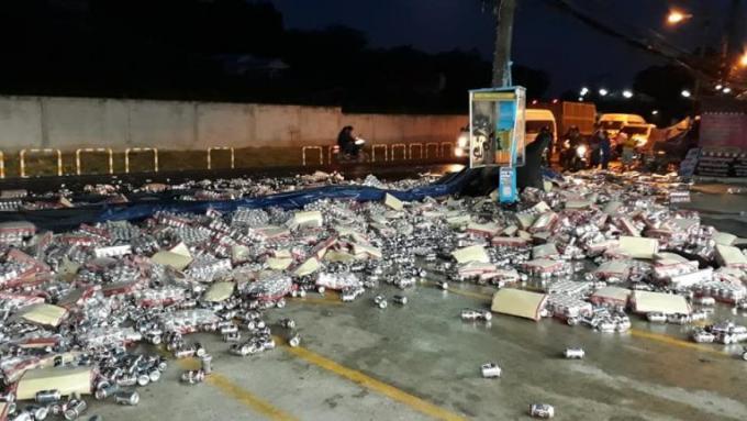 Un camion de bières se renverse (encore) à Rassada– Vidéo