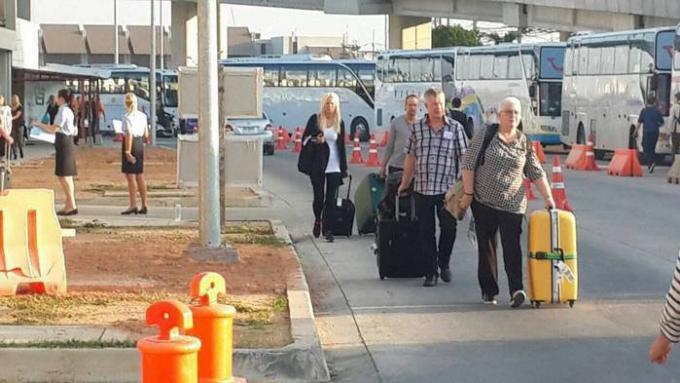 Passagers des vols charters forcés de marcher à l'aéroport de Phuket