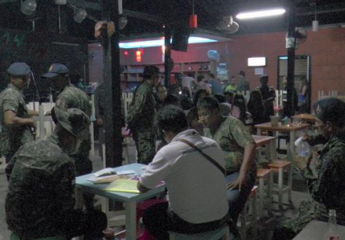 Un raid de Police dans un bar à narguilé près d'une université de Phuket
