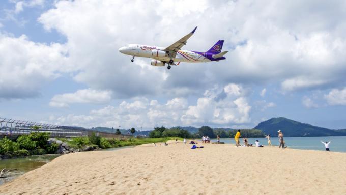L'aéroport de Phuket rappelle aux promeneurs de s'éloigner du secteur de la piste