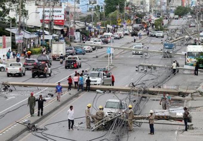 Un camion fait tomber 47 poteaux éléctriques