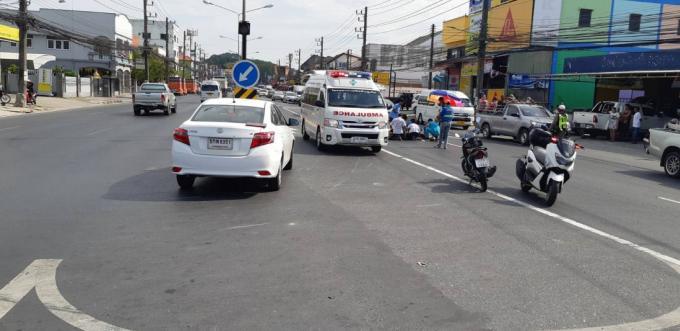 Un mort dans une collision entre un scooter et une berline sur Thepkasattri Road