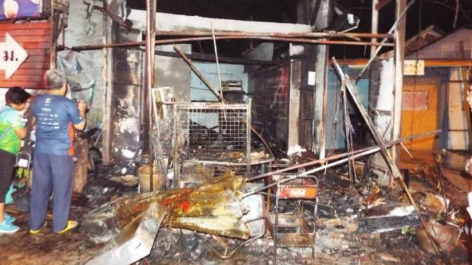 La police à la recherche d'indice après l'incendie de la maison