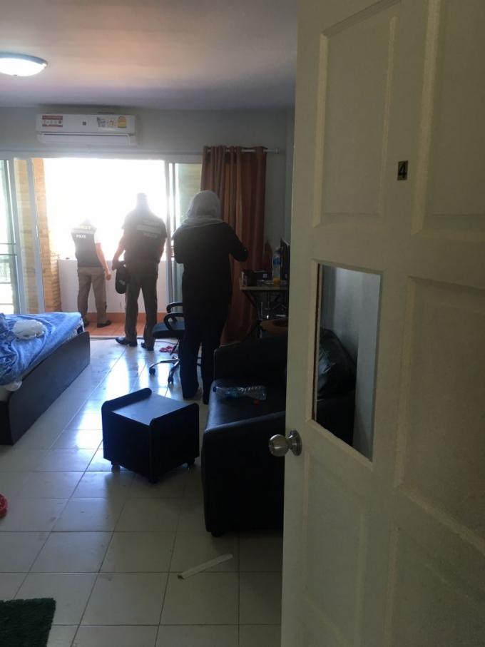 Un touriste décide que le auvent est plus confortable que sa chambre