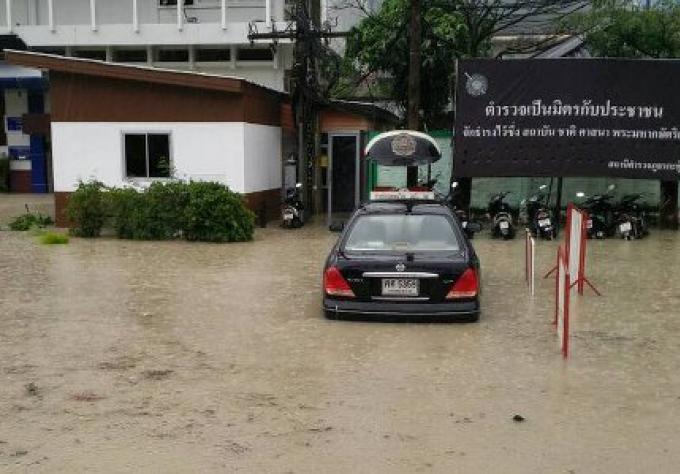 Hier, le poste de police de Patong encore inondée...