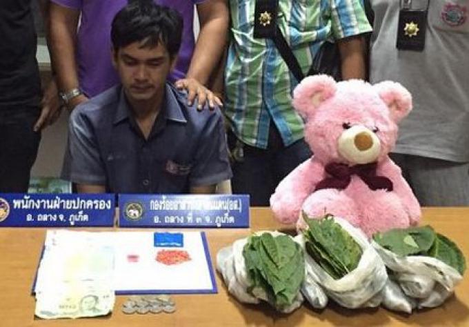 Un chauffeur de taxi a été arrêté à Phuket, avec son copain un ours en peluche drogué