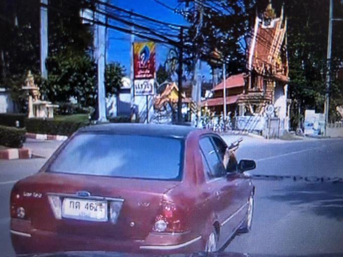 Un automobiliste armé menace les autres véhicules – Vidéo