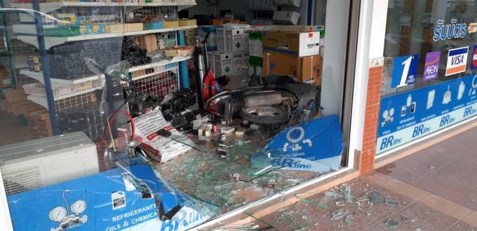 Un scooter traverse la vitrine après un dysfonctionnement de l'accélérateur