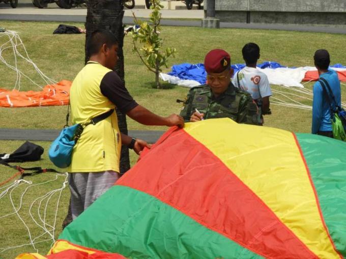 Trois opérateurs de parachute ascensionnel contrôlés avec des équipements dangereux