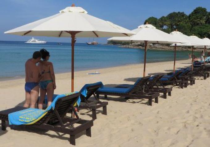 Le gouverneur de Phuket annonce le jour du jugement pour les chaises de plage de Phuket