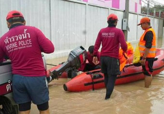 Les résidents empilent des sacs de sable dans la crainte de nouvelles inondations