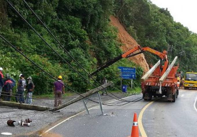Glissement de terrain avec des lignes à haute tension, force la fermeture de route