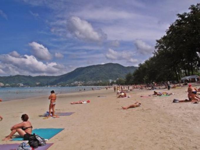 Les cotes de Phuket s'alignent au 10 pour cent et aucune chaise suivant le Gouverneur