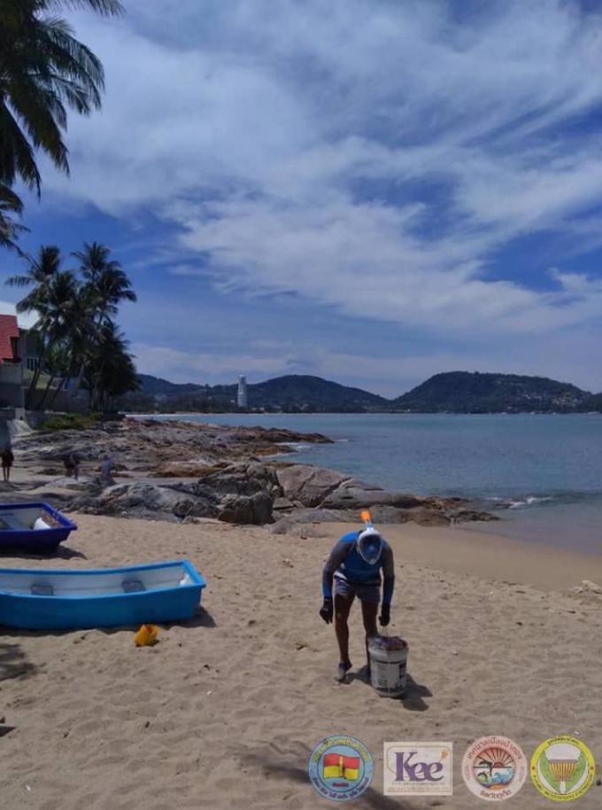 Un snorkeler australien ramasse chaque jour les déchets de Kalim Beach