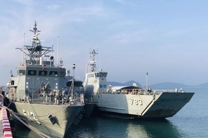 Le seastead remorqué à terre par la Marine Royale Thaïe