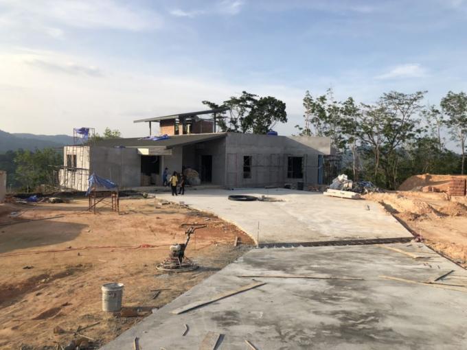 Une mystérieuse villa de luxe en construction près du réservoir de Bang Wad à Kathu