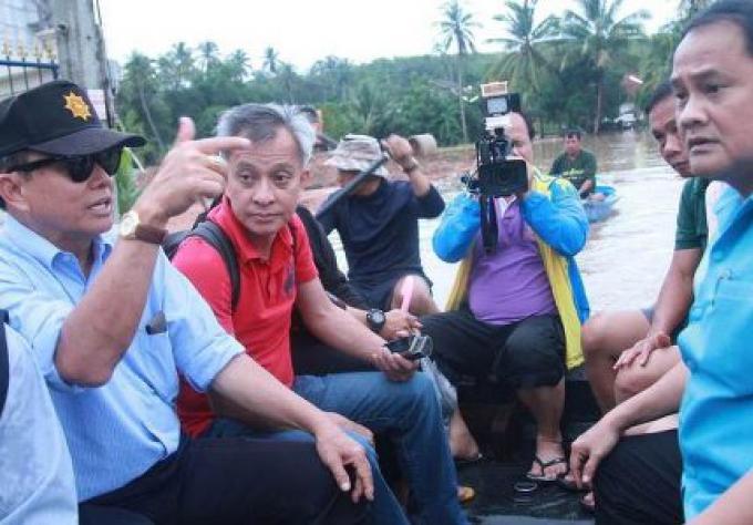 Phuket gouverneur dirige la mission de secours pour les inondations près de l'aéroport