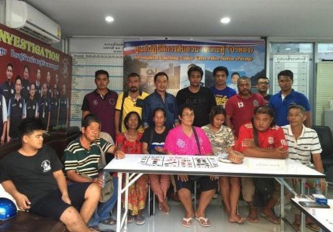 Huit Thaïs, un étranger laotien en situation irrégulière attrapés à Patong, jouant au jeu