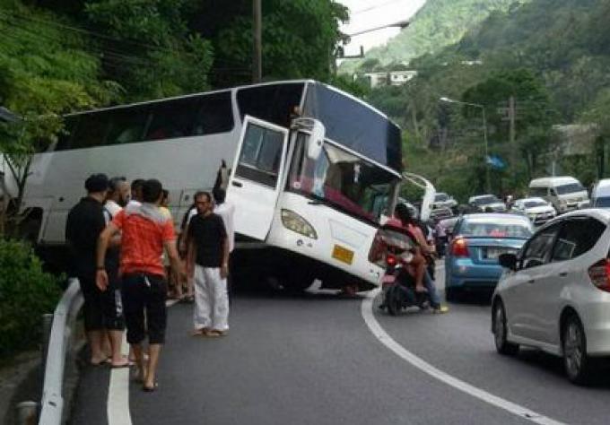 Quatre blessés dans un bus de tournée surchargé qui a glissé dans la montée de Patong Hill