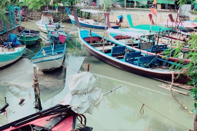 Les eaux du canal de Bang Tao temporairement nettoyées, les entreprises seront contrôlées