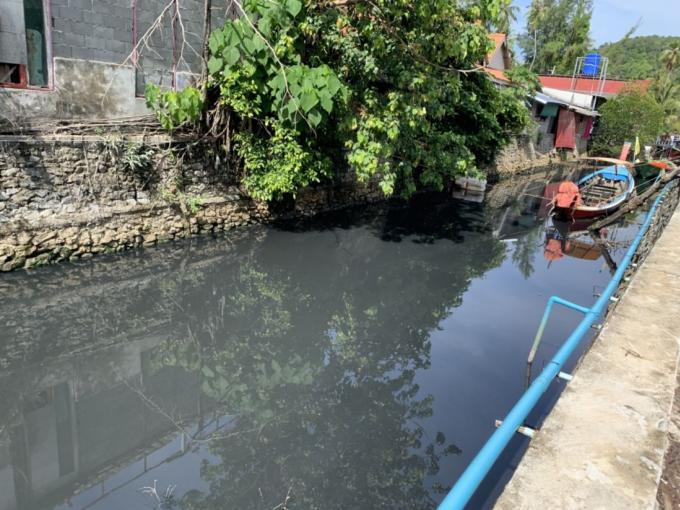 Des 'eaux noires' de retour dans le canal de Bang Tao – Vidéo