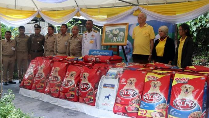 SM le Roi offre 1.2 tonnes de nourriture à un refuge pour animaux de Phuket