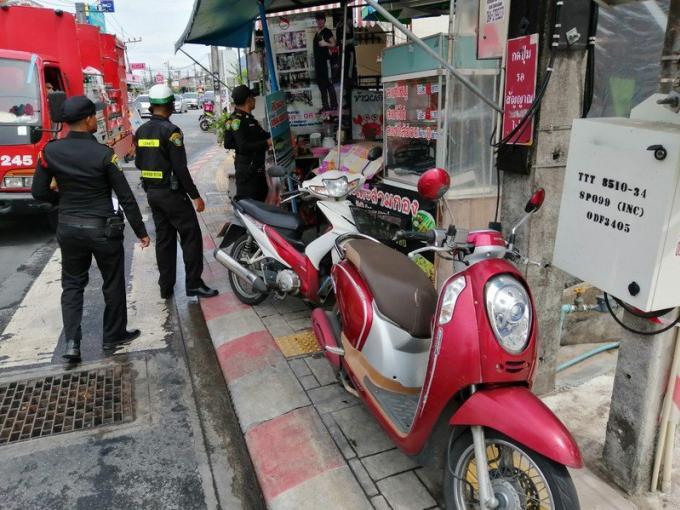 Les officiels commencent à s'occuper des trottoirs encombrés, contre une amende de B2.000