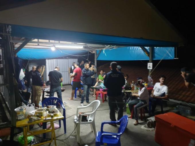 13 parieurs arrêtés dans un cercle de jeu de Patong