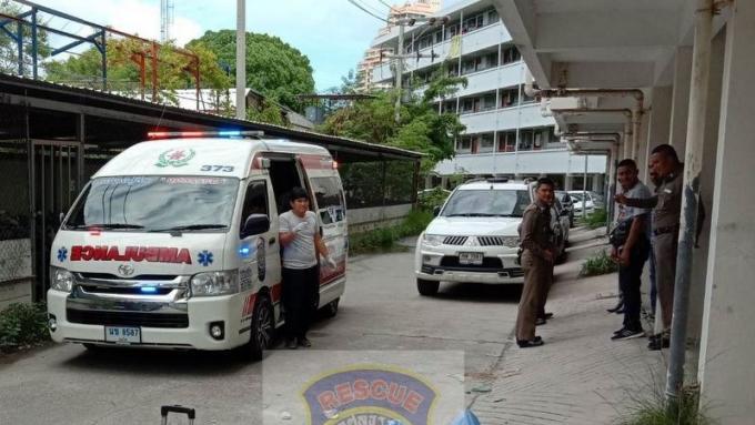 Un russe s'effondre et meurt devant le poste de police de Patong