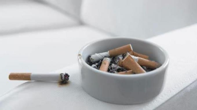 Fumer chez soi devient illégal uniquement dans le cadre de la 'maltraitance domestique'