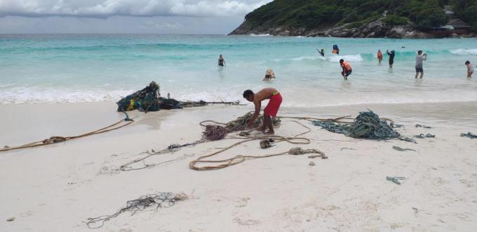 Une tortue de mer prise dans des détritus secourue au large de Phuket - Vidéo