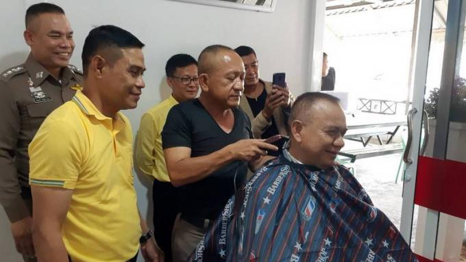 La Police de Phuket Town propose des coupes gratuites