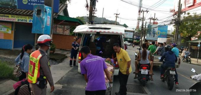 Les secouristes mettent un bébé au monde dans un tuk tuk en plein embouteillage