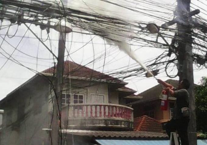 Les câbles d'alimentation prennent feu à côté d'un importante artère de Phuket