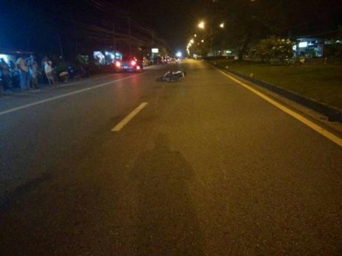 Un conducteur d'une Honda CBR150 blanche meurt sur la route au nord de Phuket