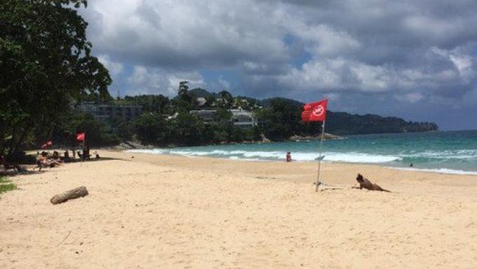 Les drapeaux rouges s'alignent sur les plages de Phuket alors que la mer s'agite dangereusement