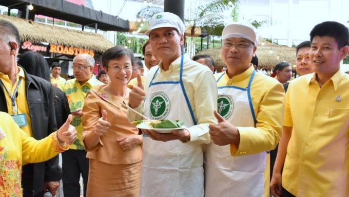 Démonstration de l'hygiène alimentaire des pad thaïs de Phuket