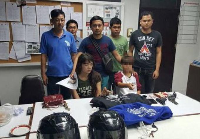 Lady-boy, et tom-boy attrapé(e)s pour vols à main armés des magasins de dépannage de Phuket