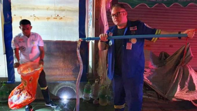 Un secouriste capture un cobra de deux mètres près d'un 7-Eleven