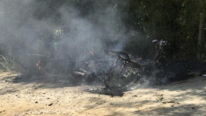 Trois scooters en feu sur la route de Freedom Beach