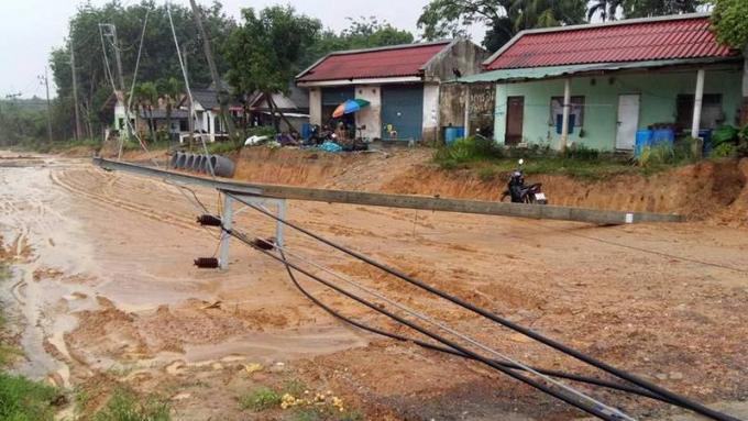 Pa Khlok sans électricité après l'effondrement de pylones